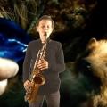 Floris speelt saxofoon in de videoclip van I See Fire van Ed Sheeran